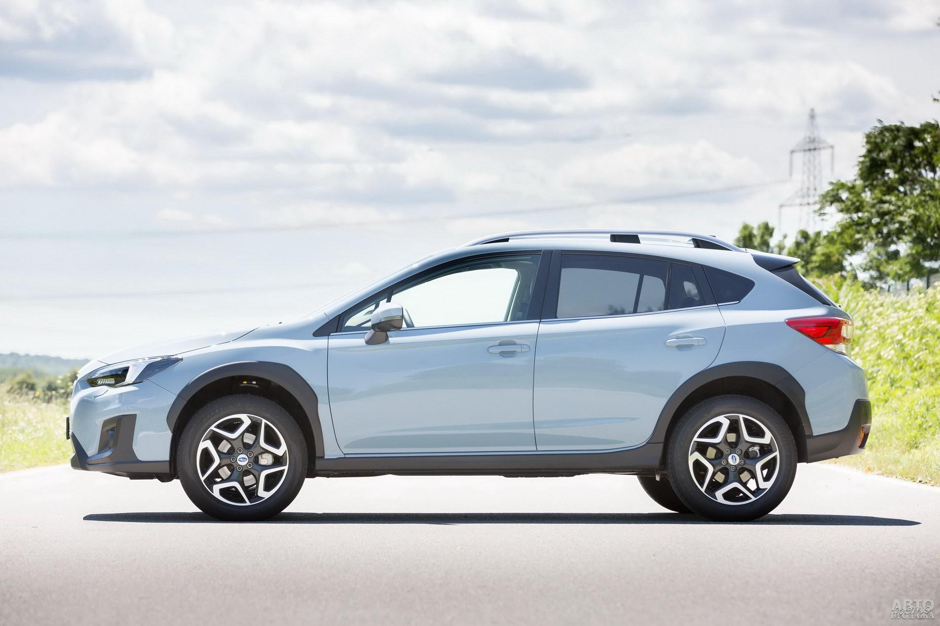 Subaru немного крупнее соперников, но при этом легче – 1426 кг