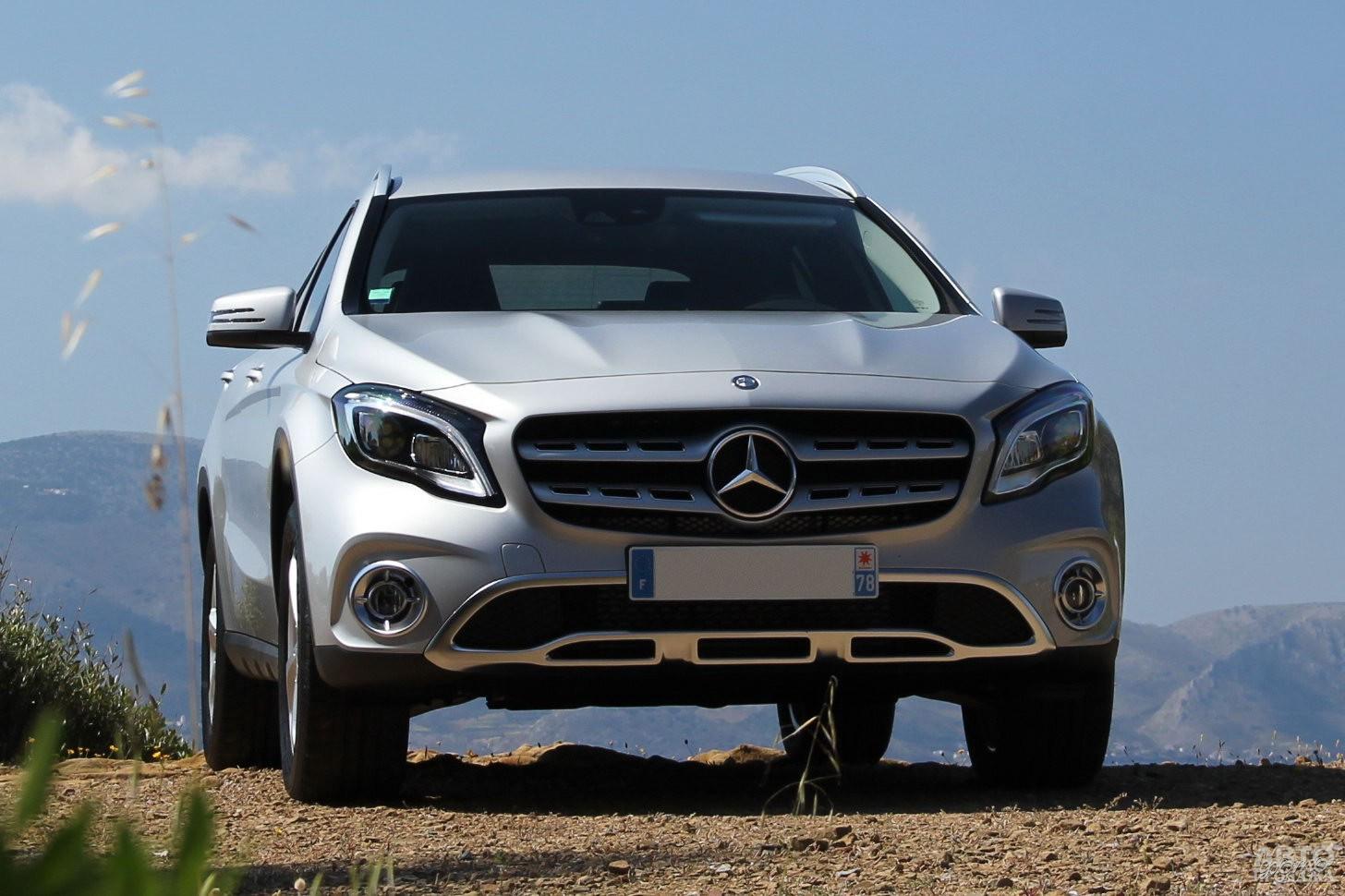 Радиаторная решетка Mercedes-Benz_GLA украшена трехлучевой звездой