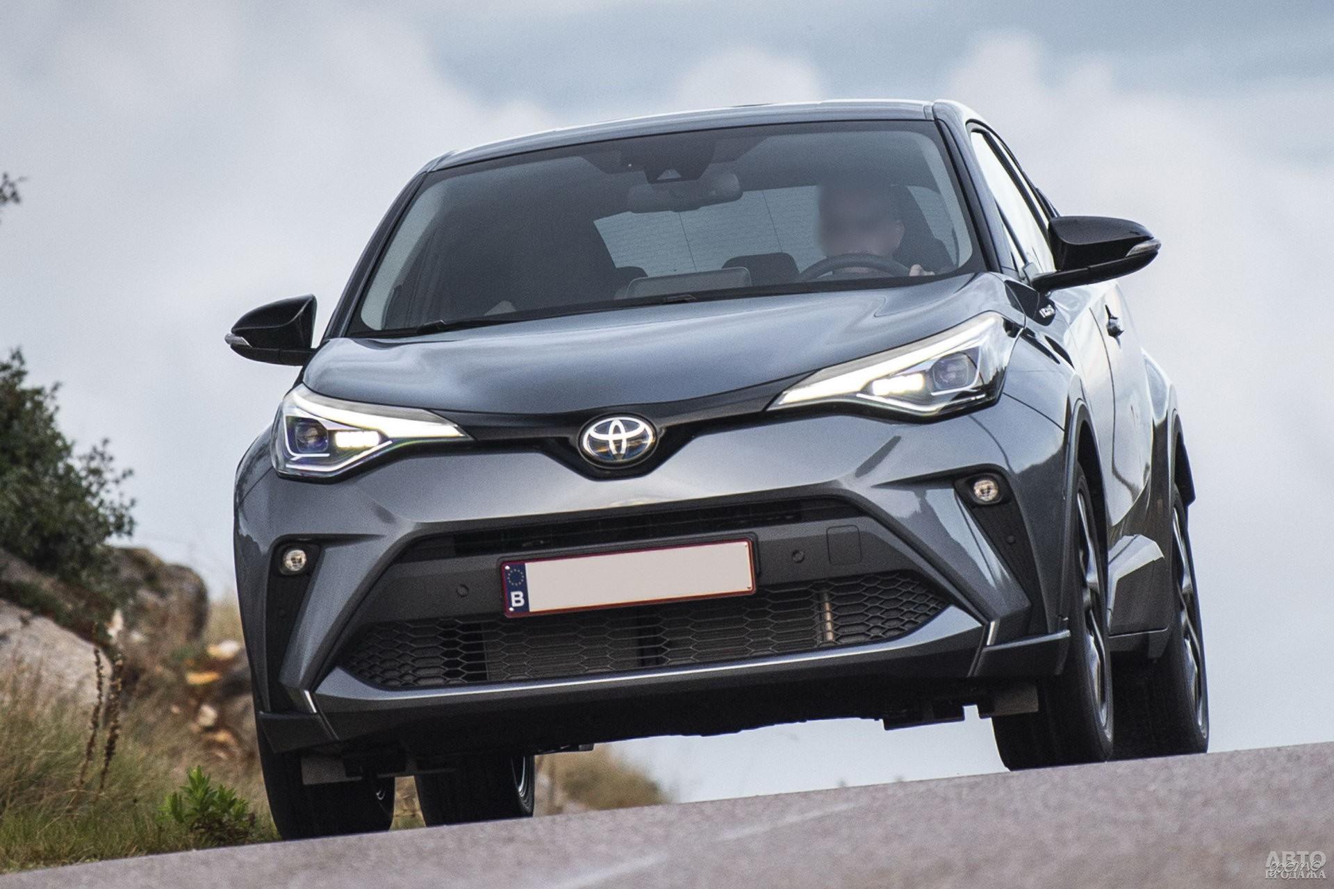 Раскосые фары Toyota_C-HR растянуты на крылья