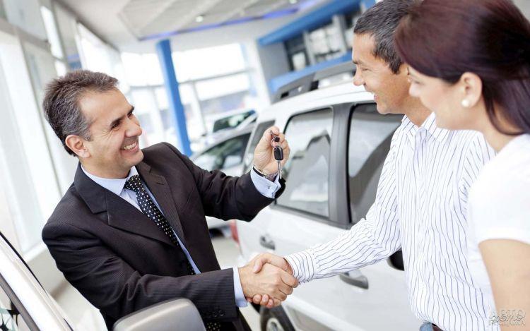 Продажи новых авто в Украине упали вдвое
