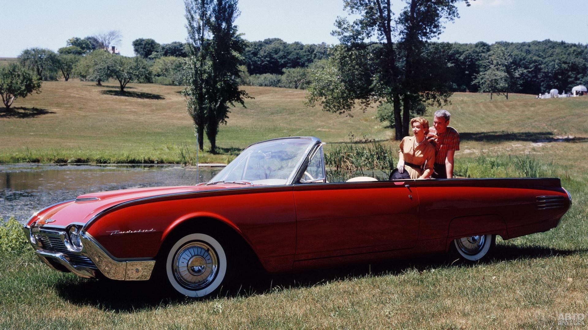 Fоrd Thunderbird 1961 года отличался обтекаемым дизайном