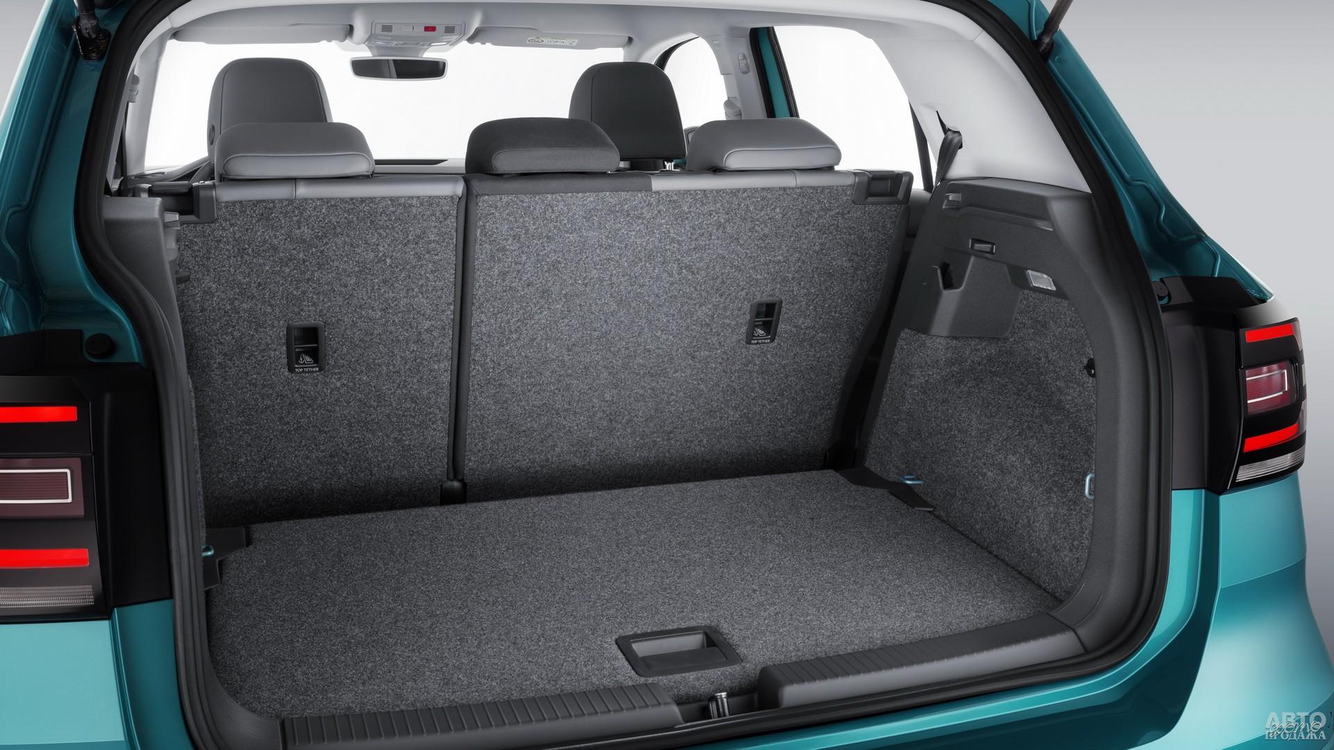 В зависимости от положения сидений объем багажника Volkswagеn равен 385-455 л