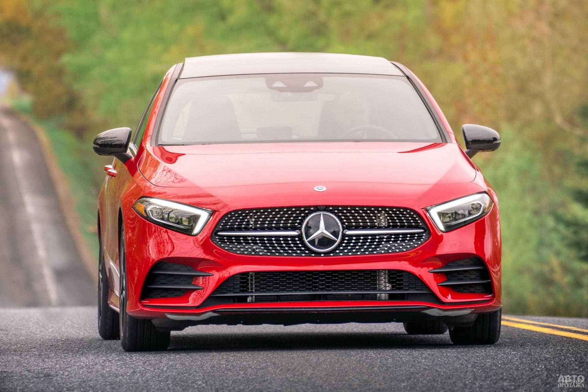 Широкая решетка радиатора и раскосые фары – черты нового стиля Mercedes-Benz