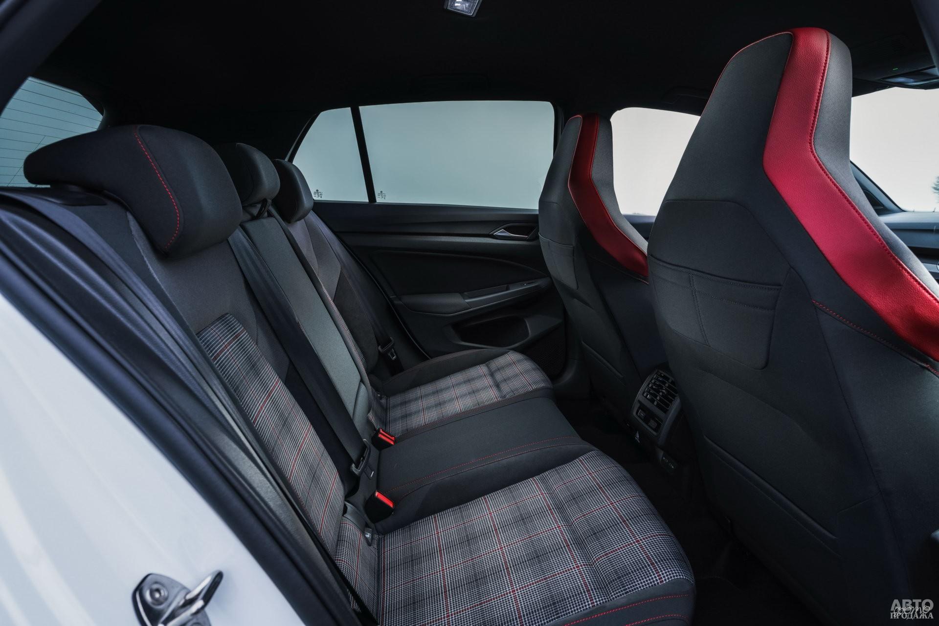 Салон Golf GTI декорирован клетчатой тканью