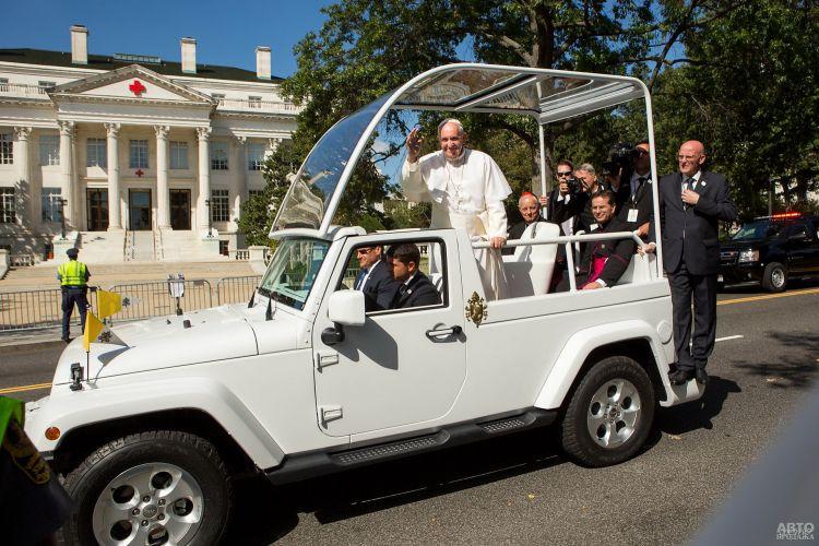 Папа Франциск в Jeep Wrangler