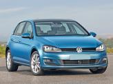 Узкая решетка радиатора Volkswagen Golf сочетается с тонированными фарами