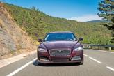 Хромированная решетка радиатора и раскосые фары – отличительные черты Jaguar XF