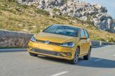 Узкая решетка радиатора Volkswagen Golf сочетается с продолговатыми фарами