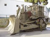 Армейские бульдозеры призваны работать под мощным огнем неприятеля, поэтому их отличительной чертой служит усиленная броня, вес которой доходит до 15 т