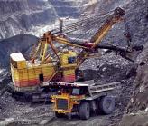 Самые большие на сегодняшний день одноковшовые экскаваторы добывают полезные ископаемые и способны поднимать 30-60 куб. м породы весом до 450 т