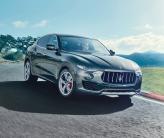 Широкая «пасть» решетки радиатора Maserati Levante сочетается с узкими фарами