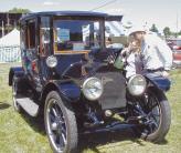 Для новой модели 1914 года Лиланд впервые в США разрабатывает серийный двигатель V8, успев успешно протестировать автомобиль перед самым началом Первой мировой войны