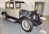 После войны на своем переоборудованном предприятии, названном Lincoln Motor Company, Лиланд возвращается к созданию автомобилей, на которые устанавливает переработанные авиадвигатели V8 мощностью 90 л. с.