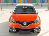 По центру радиаторной решетки Renault Captur – огромный логотип марки
