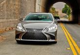 Широкая решетка радиатора Lexus LS сочетается с Z-образными светодиодными фарами