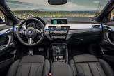 Центральная панель BMW повернута к водителю