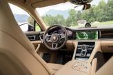 Тахометр Porsche сочетается с двумя дисплеями