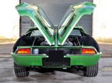 Оригинальная двухсекционная крышка капота – отличительная черта De Tomaso Mangusta