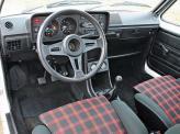 Клетчатые сиденья – отличительная черта Golf GTI