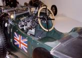 Тяжелый кузов Blower Bentley декорирован британским флагом