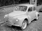 """В преддверии Второй мировой войны, пообщавшись с Гитлером и увидев прототип """"народного автомобиля"""" Фердинанда Порше, Рено приходит к выводу о том, что нужно строить массовый автомобиль, коим стал двухдверный Juvaquatres"""
