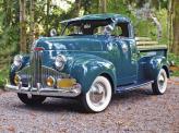 Уже в начале 40-ых годов внешне пикапы стали более походить на грузовые автомобили, в первую очередь за счет формы кабины, как на этом Studebaker