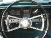 В Oldsmobile Tornado 66-го года спидометр представлял собой вращающийся барабан с нанесенными цифрами. Неподвижная красная черта заменяет привычную стрелку. Эдакий самолетный высотомер