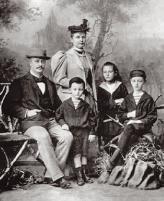 К началу ХХ века своим упорством  в достижении поставленной цели Рудольф Дизель сделал богатым не только себя, но и свою жену и троих детей