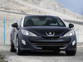 Широкая радиаторная решетка и раскосые фары подчеркивают принадлежность к модельному ряду Peugeot