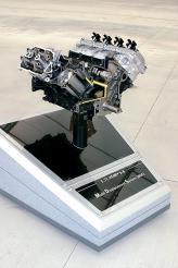 Современный 8-цилиндровый V-образный 5,7 L HEMI развивает 345 л. с. В его активах система изменения фаз газораспределения и система выборочного отключении цилиндров