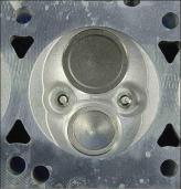 Вот так выглядит свод камеры сгорания на моторах HEMI сегодня (5,7 л, V8), обратите внимание на размер клапанов и две свечи зажигания