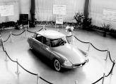 В 1955 году Citroen DS представили публике, автомобиль вызвал небывалый ажиотаж, а в салонах за ним выстраивались очереди