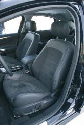 Переднее сиденье оснащено электрорегулировками в восьми направлениях, регулируемым подогревом и поясничным подпором. Обивка из алькантары и кожи отлично удерживает тело