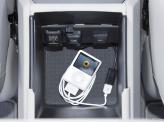 В подлокотнике предусмотрено отделение и 12-вольтная розетка
