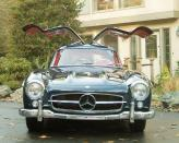 """С открытыми вверх дверями, Mercedes-Benz 300 SL полностью оправдывает данное ему название – Gullwing, что в переводе означает """"крыло чайки"""""""