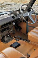 Внутри Range Rover был оформлен почти по-спартански: виниловая обивка сидений, для покрытия пола был избран винил и профилированная резина