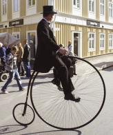 """Le Grand Bi – модный в конце XIX века """"пенни-фартинг"""", то есть, велосипед, у которого диаметр переднего колеса в пять раз больше диаметра заднего – приносит Арману Пежо первый успех"""