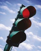 Водіям, які в разі ввімкнення жовтого сигналу світлофора або підняття регулювальником руки вгору не можуть зупинити автомобіль у місці, передбаченому ПДР, не вдаючись до екстреного гальмування, дозволяється рухатися далі за умови забезпечення безпеки доро