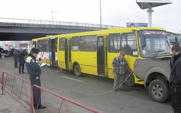 В Киеве в результате столкновения двух автобусов и автомобиля Mitsubishi L200 травмированы шесть человек