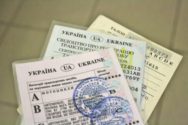 Для поездки за границу нужно менять водительские права