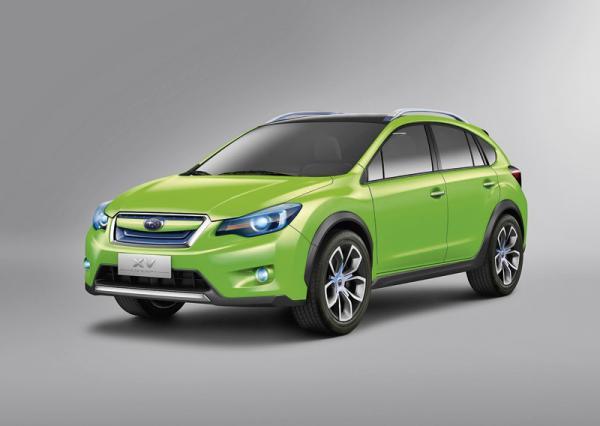 Вседорожный обвес и увеличенный клиренс выделяют Subaru XV на фоне Impreza