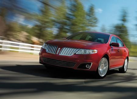 Радиаторная решетка разделена пополам, как у классического купе Lincoln Соntinental