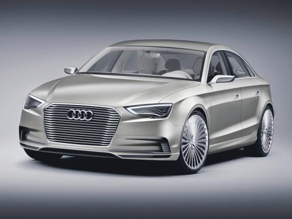 Продолговатые фары и трапециевидная решетка радиатора – типичные черты Audi
