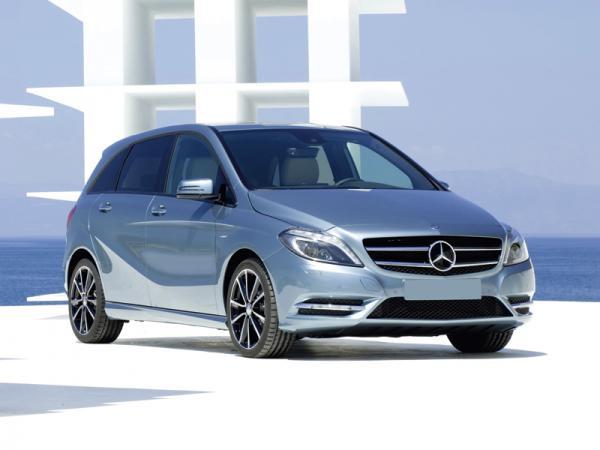 Широкая решетка радиатора и раскосые фары роднят автомобиль с Mercedes-Benz CLS