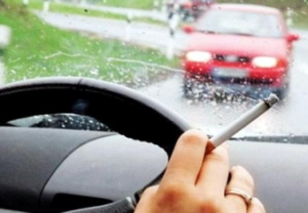 В России хотят запретить водителям курить в авто
