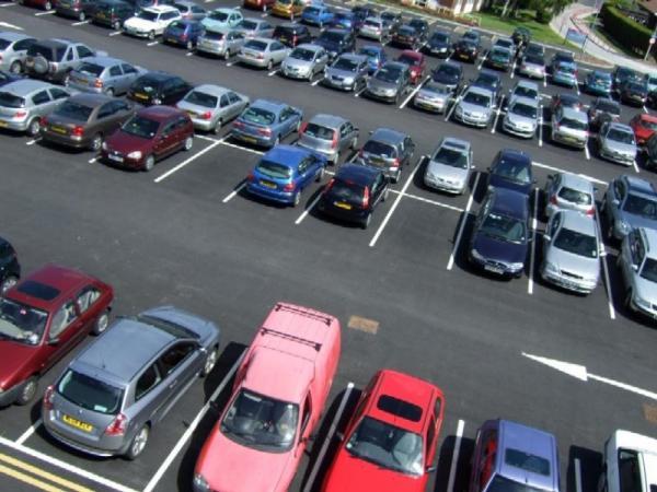 Власти хотят урегулировать ситуацию со столичной парковкой
