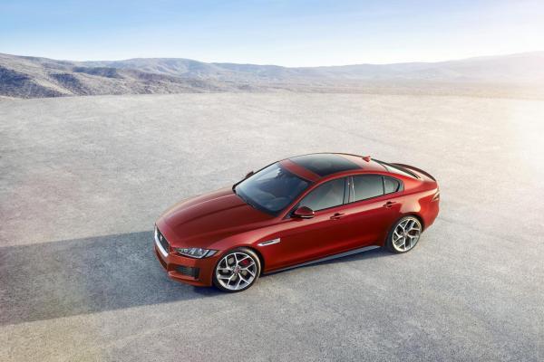 Jaguar показал бюджетный компакт- седан XE