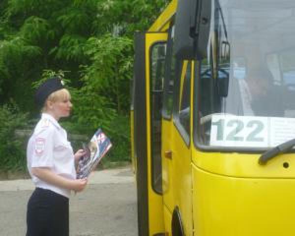 Киевские ГАИшники раздают водителям листовки с правилами подготовки к зиме