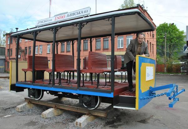 Создатель музея Роман Щипков в конном трамвае 1890 года