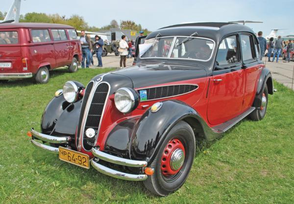 Old Car Land-2016: автоклассика под крыльями самолетов